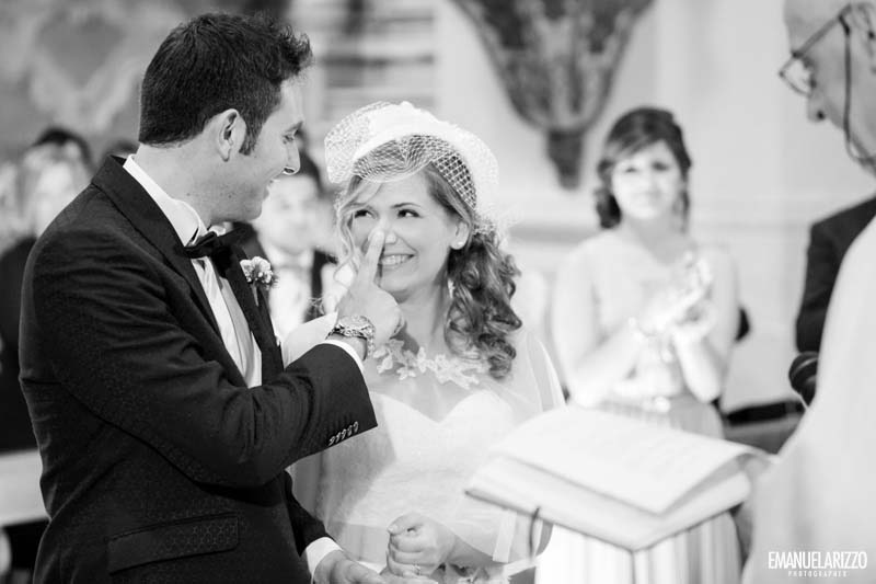 sorrisi e carezze tra gli sposi Matrimonio Castello Monaci