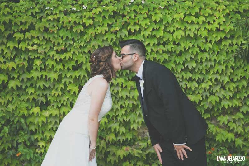 bacio degli sposi sotto l'edera