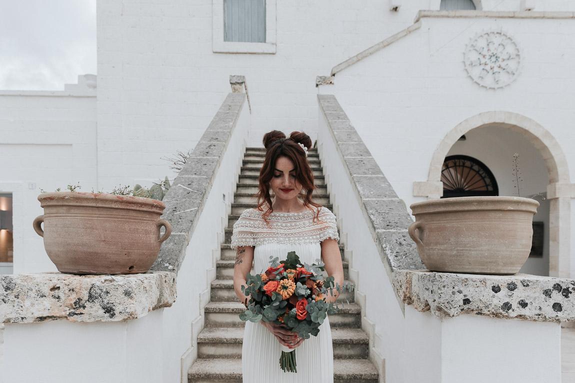 sposa con bouquet matrimonio masseria fulcignano galatonr