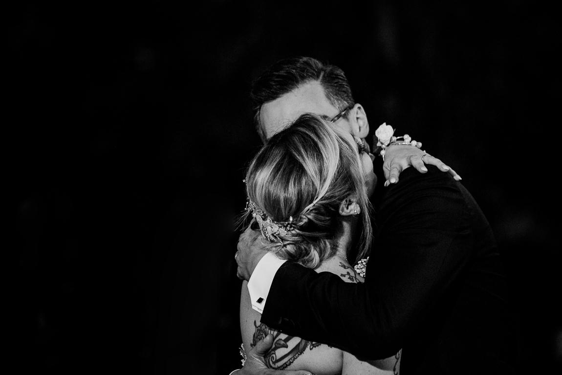 sposi abbracciati matrimonio racale ricevimento tenuta tresca