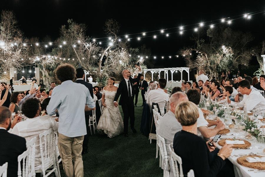 sposi a cena sul prato matrimonio tenuta monacelli lecce