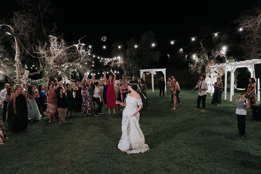 la sposa lancia il bouquet matrimonio tenuta monacelli lecce
